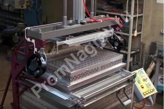 Вакуум-формовочная машина с устройством механической предварительной вытяжки