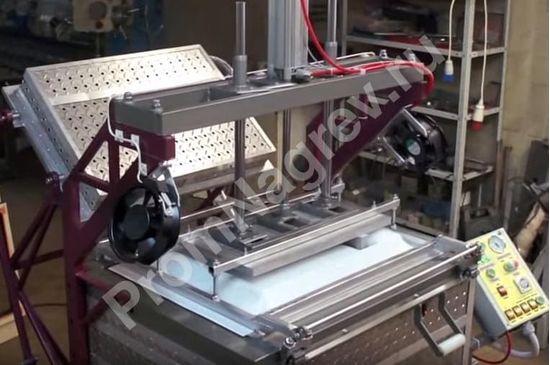 Вакуум-формовочная машина с устройством механической предварительной вытяжки в работе