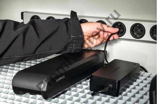 Зарядка аккумуляторов в шкафу для хранения и зарядки аккумуляторов.