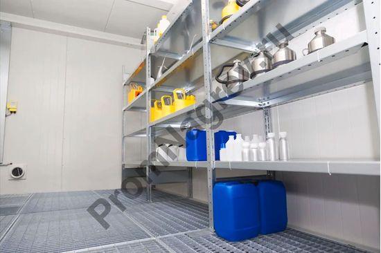Маленький контейнер для ЛВЖ на 6 кв.м, внутренняя высота 2280 мм, имеющий вход, вид изнутри, отдельная комната.