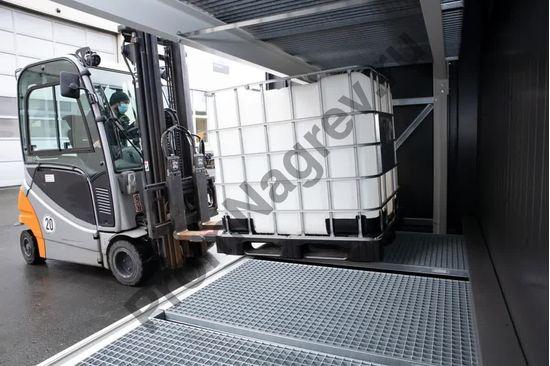 Склад-контейнер для опасных веществ с противопожарной защитой и откатными воротам, процесс погрузки.