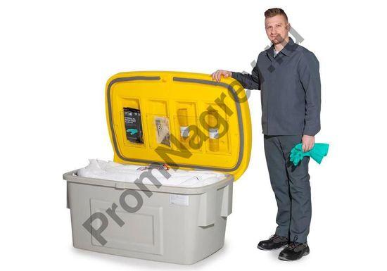 Работник рядом с укомплектованным, полностью готовым к использованию наборе аварийном, в защитном контейнере из пластика.