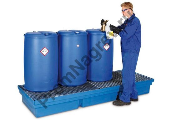 Поддон из экологичного полиэтилена (Poly Safe) на 4 бочки в ряд, стальная решётка, процесс розлива опасного вещества из бочек.