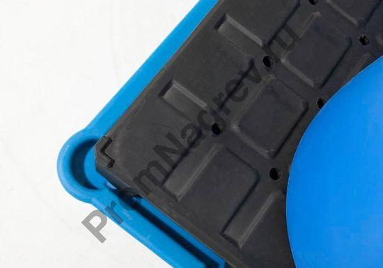 Пластиковый паллет в качестве настила под две бочки на классическом синтетическом поддоне.