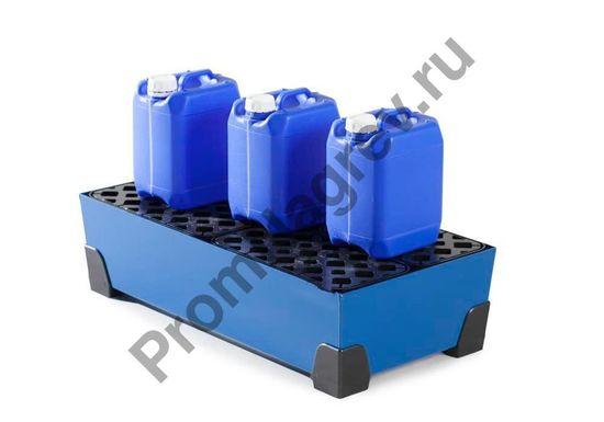 Канистры стоят на поддоне под небольшие тары, объём 40 лит.