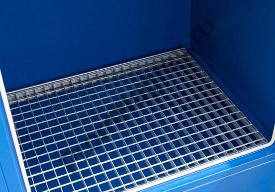 Стальное хранилище на одну 200-литровую бочку с опасными веществами, решётка крупным планом.