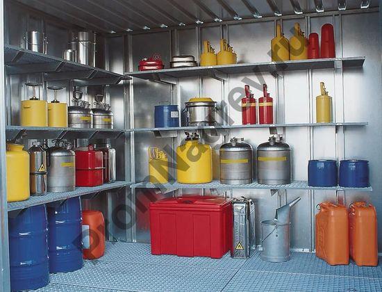 Интерьер контейнера-склада для опасных веществ, имеющего вход.