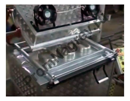 Вакуум-формовочная машина ВФ А700 в процессе формовки