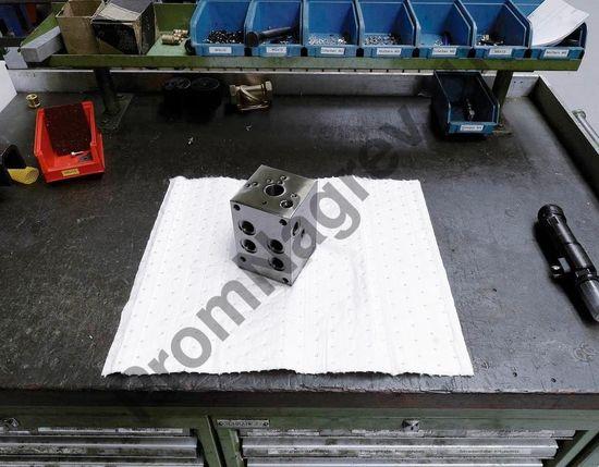 Два рулона прочного двухслойного сорбента, масла/нефть, 50 см x 45 м.