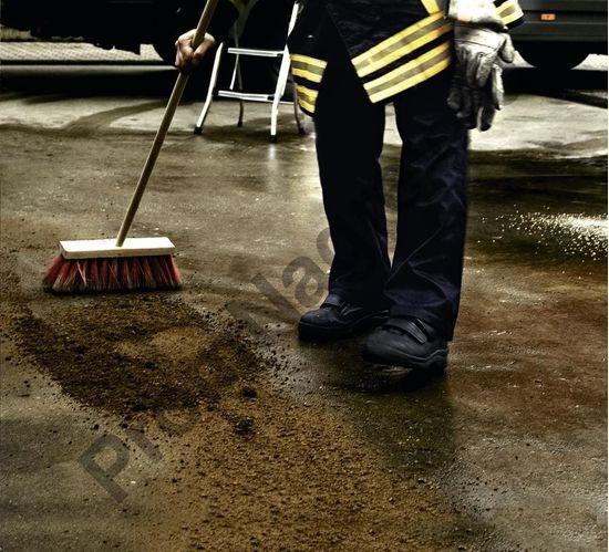 С одинаковым успехом может применяться как для очистки водных поверхностей, так и для автотрасс и промышленных почв.