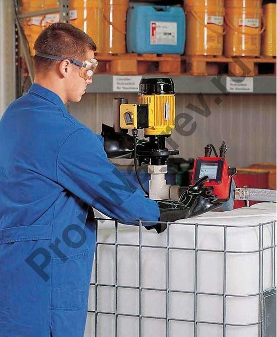 Контейнерный насос для IBC контейнеров под кислоты и химические вещества с уплотнением из витона в работе