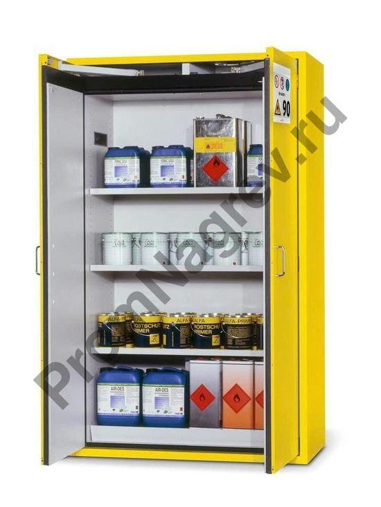 Вместительный огнестойкий шкаф для опасных веществ с полками и жёлтыми дверьми.