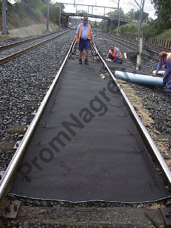 Размеры материала подогнаны под ширину железнодорожных путей.