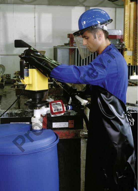 Работа с пластиковым электрическим насосом для агрессивных кислот и сред с высокой плотностью, глубина погружения 1000 мм