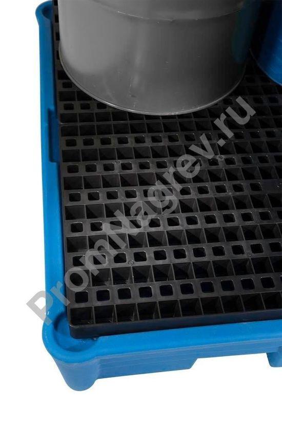 Пластиковая (PE) решётка вблизи на классическом поддоне под 4 бочки, пластиковом, для опасных веществ.