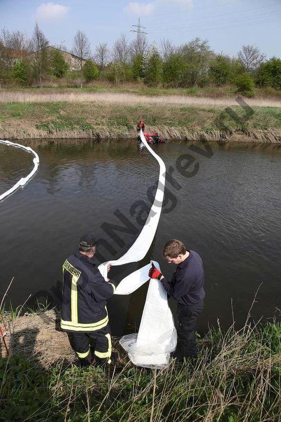 С помощью натяжного троса можно захватывать и тянуть завесу для надежного сбора масел и нефтепродуктов с поверхности воды.